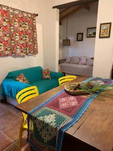A seating area at Chalés na fazenda