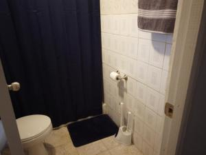 A bathroom at Quiet stay in San Juan 15 mins to airport and beach