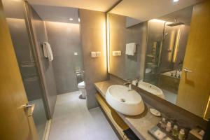 A bathroom at Riverdale Residence Xintiandi Shanghai 长河国际公寓新天地