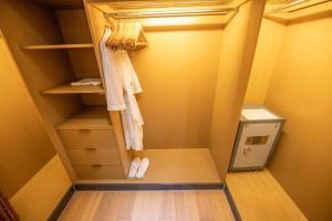 A bathroom at Riverdale Residence Xintiandi Shanghai 长河国际公寓新天地