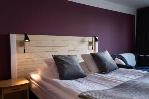 A bed or beds in a room at Hotel Ullinge