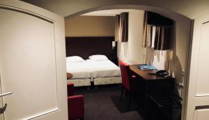 A bed or beds in a room at Fletcher Hotel Gilde