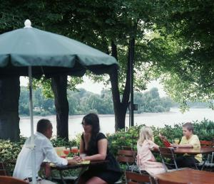 Ein Restaurant oder anderes Speiselokal in der Unterkunft Hotel Rheinterrasse Benrath