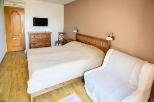 A bed or beds in a room at Tekergő Motel és Étterem