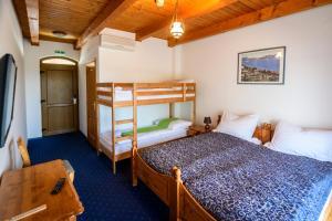 A bunk bed or bunk beds in a room at Tekergő Motel és Étterem