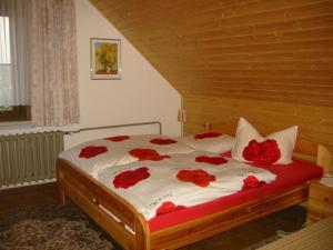 Ein Bett oder Betten in einem Zimmer der Unterkunft Ferienwohnung Peter Engelhardt