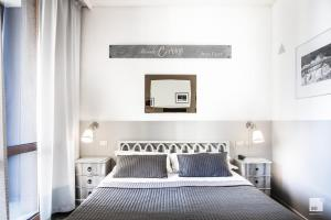 A bed or beds in a room at Admiral Hotel