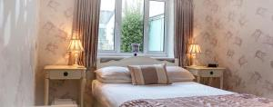 A bed or beds in a room at Bessiestown Country Guesthouse