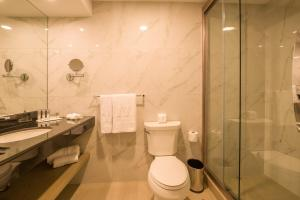 A bathroom at Best Western Plus Urban Larco Hotel