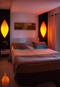 A bed or beds in a room at Hotel Aconchego