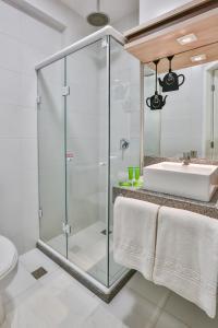 A bathroom at IBIS Styles Vitoria Da Conquista