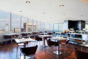 Um restaurante ou outro lugar para comer em Hilton Mexico City Reforma