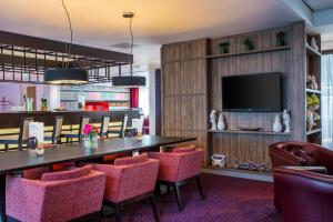 The lounge or bar area at Holiday Inn Express Amsterdam - Sloterdijk Station