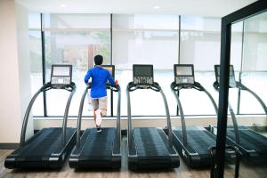 The fitness centre and/or fitness facilities at EVEN Hotel Brooklyn
