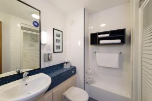 A bathroom at Holiday Inn Express Shrewsbury