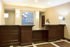 The lobby or reception area at Holiday Inn Express Le Roy