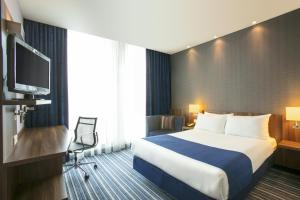 Кровать или кровати в номере Holiday Inn Express Utrecht - Papendorp, an IHG Hotel