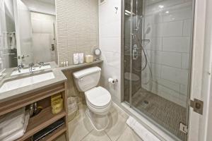 A bathroom at Hotel Indigo Brooklyn, an IHG hotel