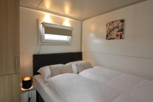 A bed or beds in a room at Tiny floating house Ibiza