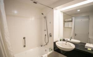 A bathroom at Scenic Hotel Te Pania