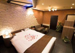 A bed or beds in a room at Hotel Metro (Adult Only)