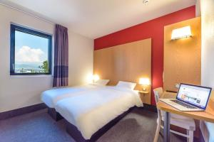 Ein Bett oder Betten in einem Zimmer der Unterkunft B&B Hôtel Colmar Expo