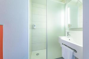 Ein Badezimmer in der Unterkunft B&B Hôtel Colmar Expo
