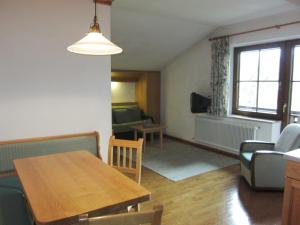 Ein Sitzbereich in der Unterkunft Ferienwohnungen Forellenhof Waldner