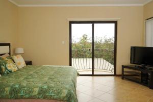 Cama ou camas em um quarto em NICE HOUSE WITH PRIVATE POOL IN GOLD COAST