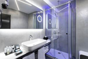 A bathroom at iQ Hotel Milano