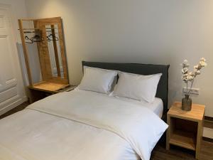 Ein Bett oder Betten in einem Zimmer der Unterkunft Millrather Brauhaus