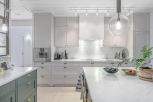 A kitchen or kitchenette at Beautiful luxury family home surrounded by nature and water and only 20 minutes from city center