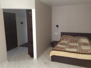 Кровать или кровати в номере Apartment On Parkovaya