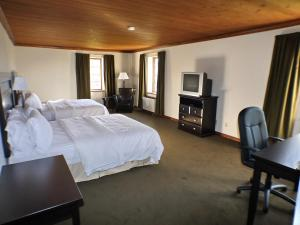 A television and/or entertainment centre at Riverview Lodge