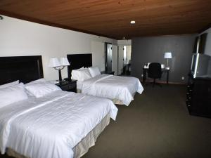 A bed or beds in a room at Riverview Lodge