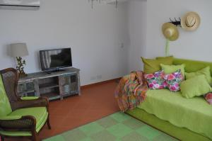 Televízia a/alebo spoločenská miestnosť v ubytovaní Horta Da Vila