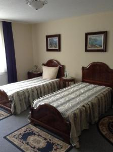 A bed or beds in a room at Hotel Zum Stresemann