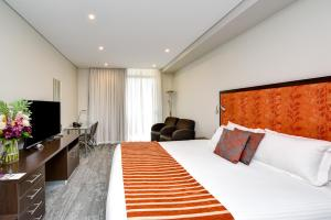 A bed or beds in a room at Mercure Centro Port Macquarie