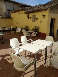 A restaurant or other place to eat at Albergue Luz de Frómista