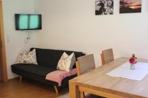 Ein Sitzbereich in der Unterkunft Ferienwohnung Brenner