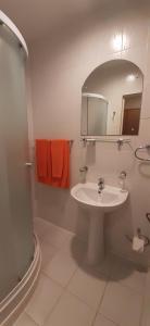 A bathroom at Sky High Hotel Airport