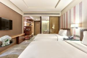 A bed or beds in a room at DoubleTree by Hilton Sukhumvit Bangkok