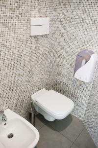 A bathroom at Ostello Meet Gardalake Hostel