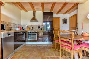 A kitchen or kitchenette at Gite Soyez