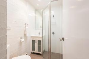 A bathroom at Fiesta Palms 2 - Central Byron Bay
