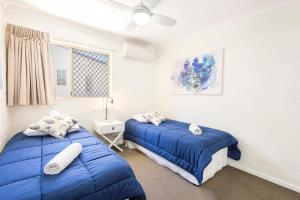 A bed or beds in a room at Fiesta Palms 2 - Central Byron Bay