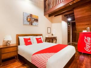 A bed or beds in a room at OYO 89481 Rg Heritage Boutique