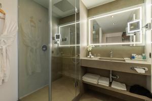A bathroom at Radisson Blu Hotel Erfurt