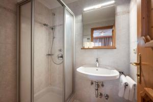 A bathroom at Hotel Pension Alpengruß