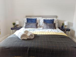 A bed or beds in a room at Skippetts End